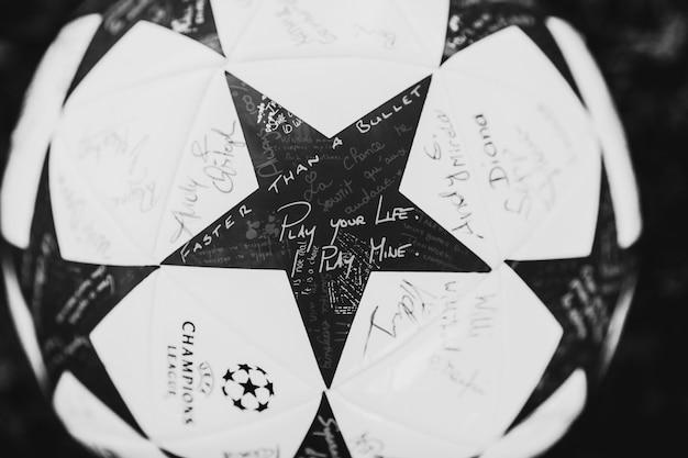Palla a piedi con stelle e scritti 'gioca la tua vita, gioco mio', 'faster than a bullet'
