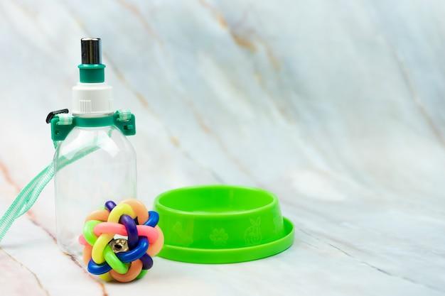 Palla, ciotola e bottiglia con spazio di copia