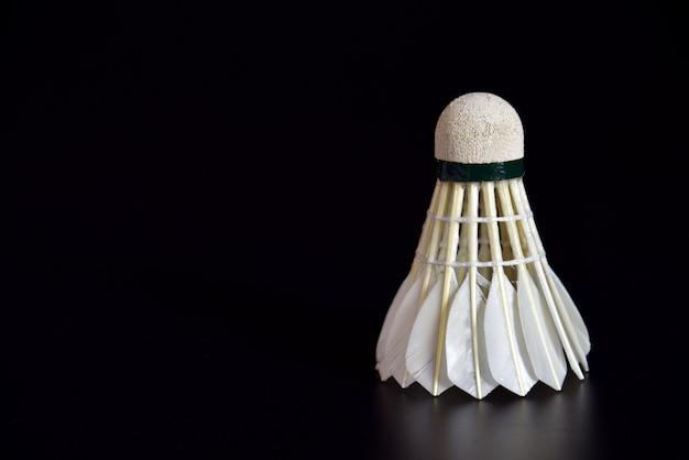 Palla da badminton o gallo navetta sullo sfondo nero
