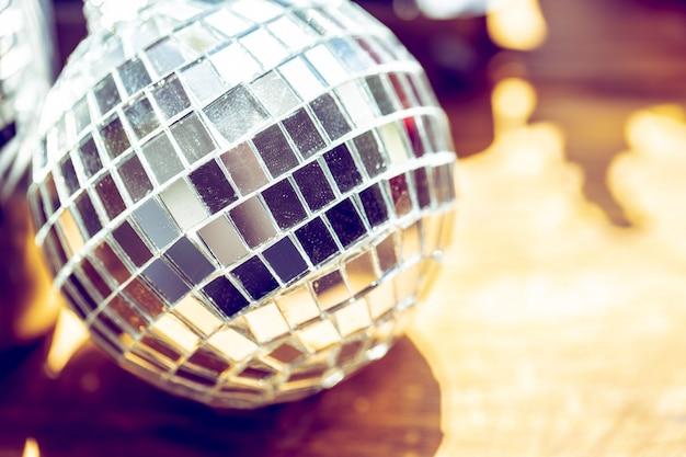 Palla da discoteca scintillante in una luce del giorno.