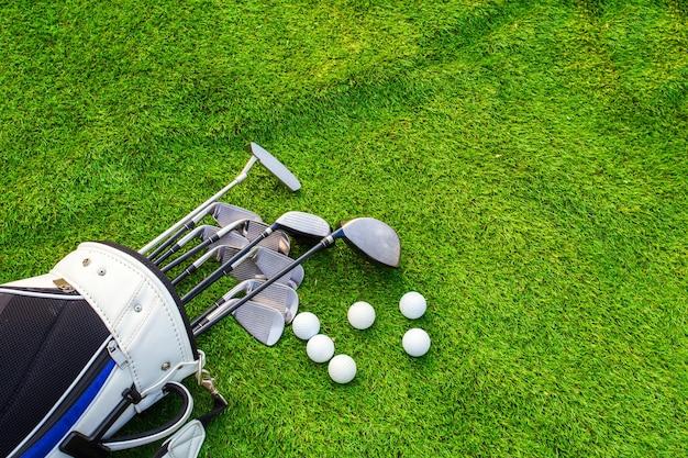 Palla da golf e mazza da golf in borsa su erba verde