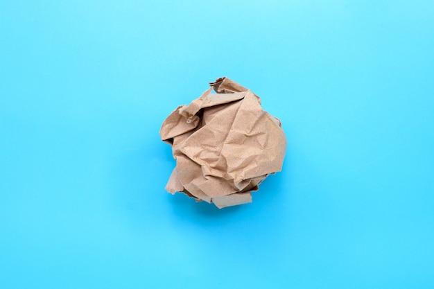 Palla di carta marrone spiegazzata