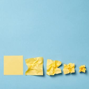 Palla di carta sgualcita isolata su un blu