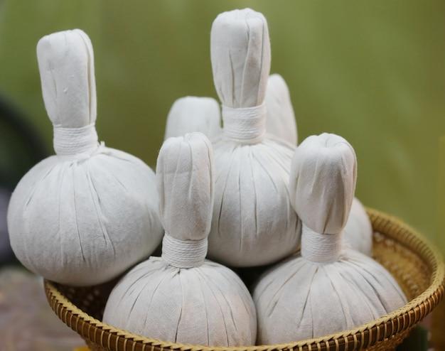 Palla di erbe, autentici ingredienti thai terapia termale
