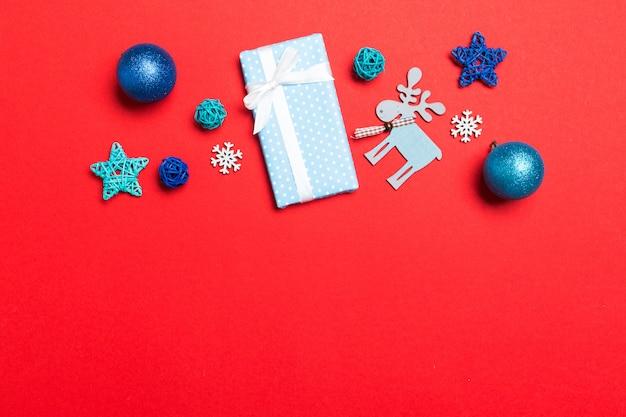 Palla di natale, regali e decorazioni creative su sfondo colorato