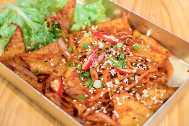Palla di pesce fritto con salsa piccante coreana