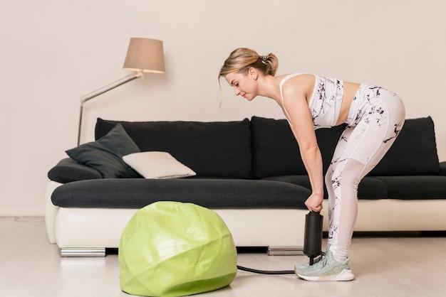 Palla fitness donna di pompaggio