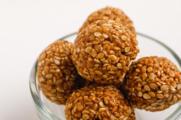 Palla indiana dolce dei semi di sesamo o chiamata in hindi fino a ke laddu in ciotola di vetro