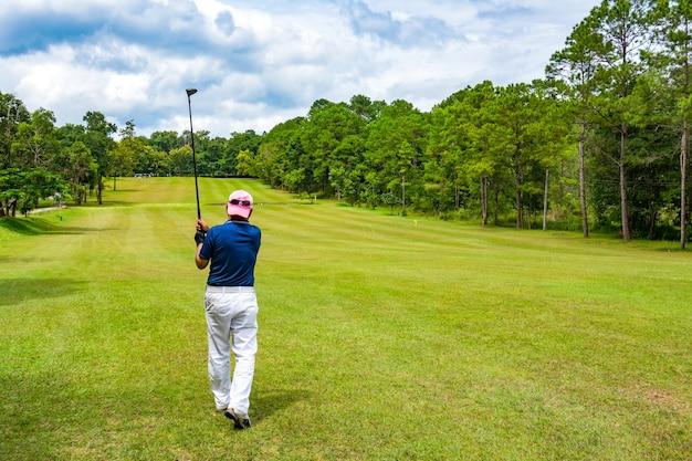 Palla oscillante del golfista sul tratto navigabile nel campo da golf