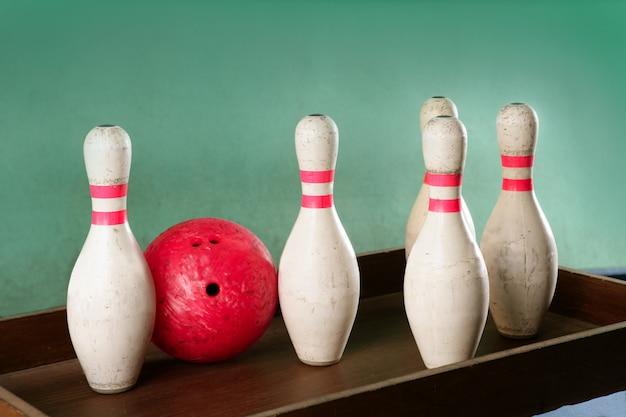 Palla rossa di natura morta di bowling sopra verde