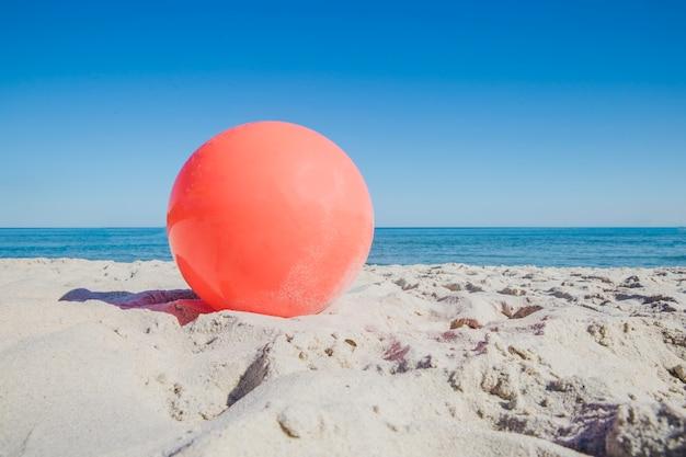 Palla rossa sulla sabbia
