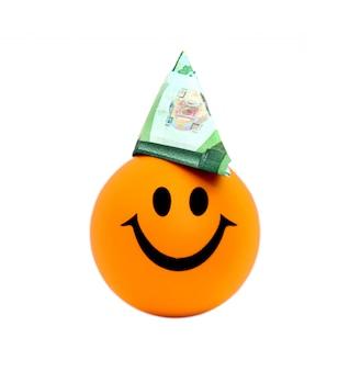 Palla sorridente con un cappello fatto di cento banconote in euro