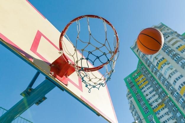 Pallacanestro della via, primo piano dell'anello e della palla di pallacanestro