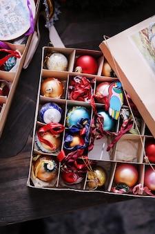 Palle colorate giocattolo per l'albero di natale