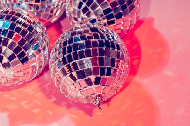 Palle da discoteca per decorationof una festa su sfondo rosa