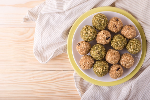 Palle di beatitudine al miele di mandorle e uva passa. palle dolci fatte in casa di energia cruda sana - dessert vegetariani.