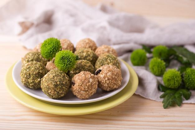 Palle di beatitudine al miele di mandorle e uva passa. palline energetiche ai frutti di muesli di tè verde matcha.