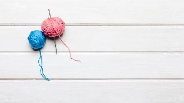 Palle di lana blu e rosa con spazio