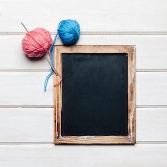 Palle di lana blu e rosa e ardesia