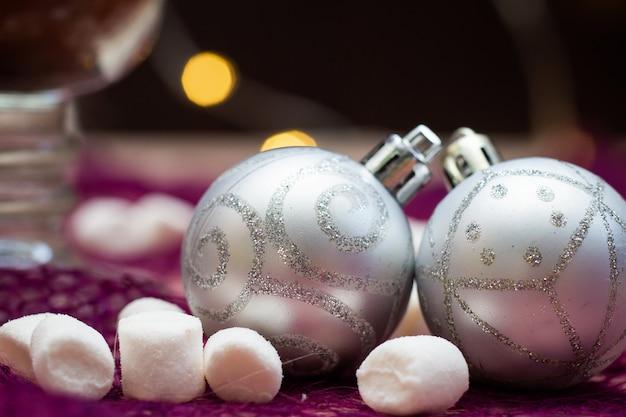 Palle di natale argento con scintillii e marshmallow cosparsi