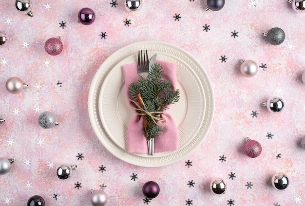 Palle di natale e stelle con impostazione cena