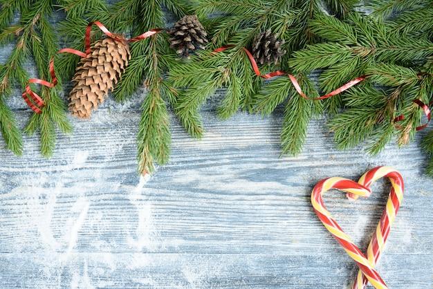 Palle di natale, rami di abete, coni, fiocco in nastro su una superficie di legno ... decorazioni natalizie, copia spazio