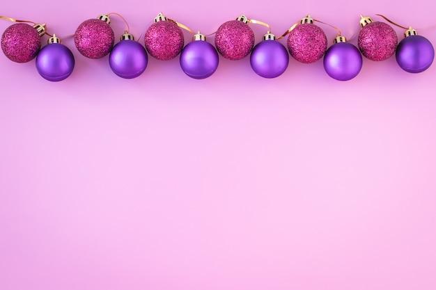 Palle di natale su sfondo rosa