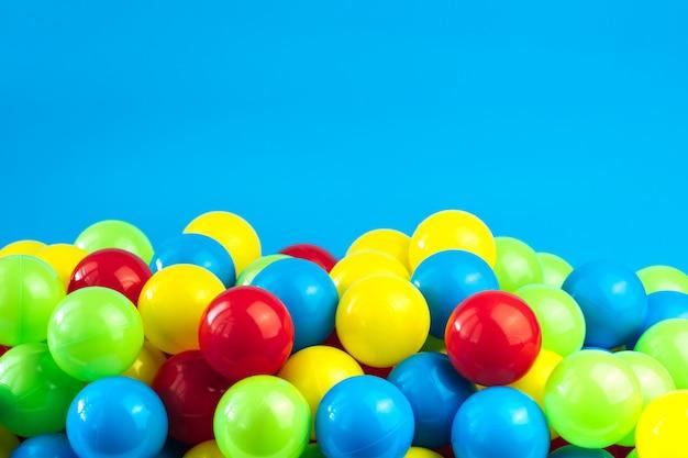 Palle di plastica colorate in piscina della sala giochi