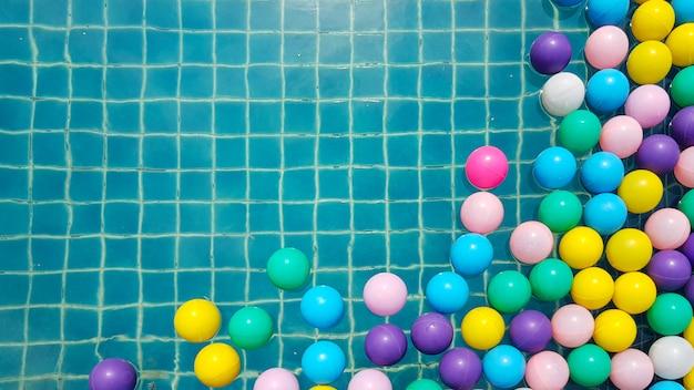 Palle di plastica colorate in piscina