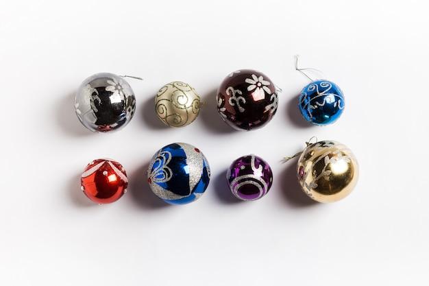 Palle rotonde di festa di natale nuovo anno su bianco