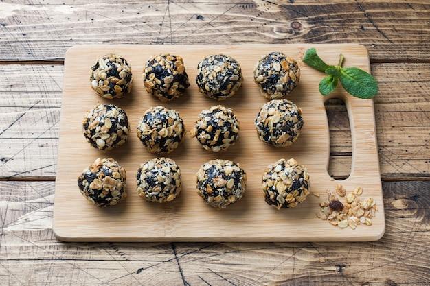 Palle sane di energia a base di frutta secca e noci con farina d'avena e muesli. caramelle vegane crude.