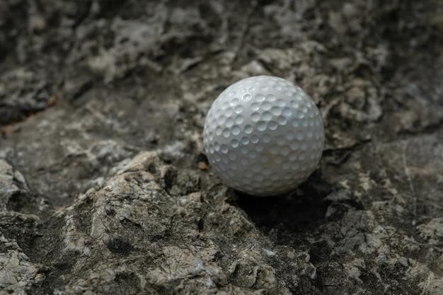 Pallina da golf su roccia