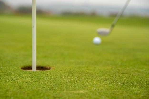 Pallina da golf sul campo da golf prima di colpire la buca