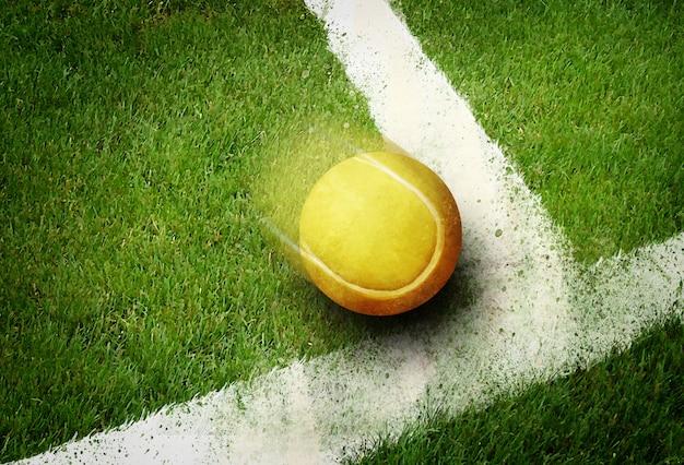 Pallina da tennis ad angolo nella linea del campo di erba