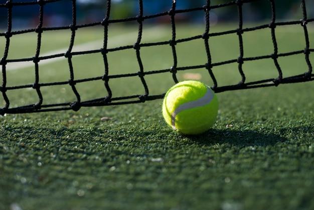 Pallina da tennis di primo piano sul terreno