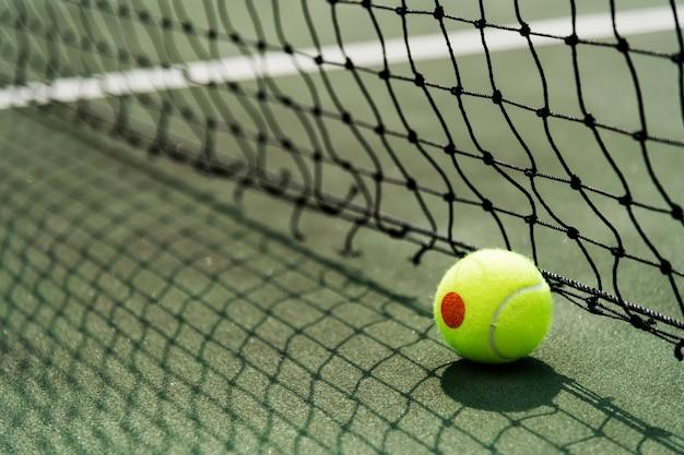 Pallina da tennis su un campo da tennis
