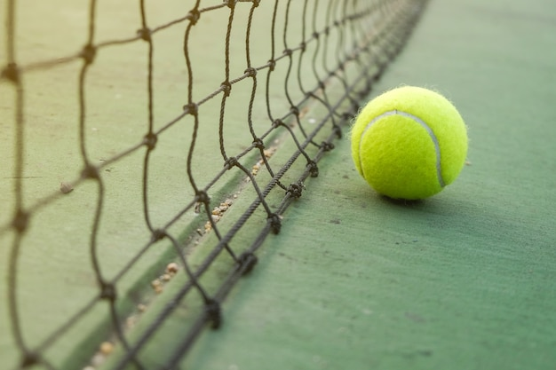 Pallina da tennis sul campo da tennis verde