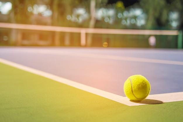 Pallina da tennis sulla linea d'angolo del campo duro