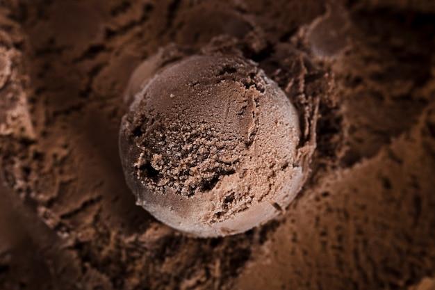 Pallina di gelato al cioccolato al primo piano