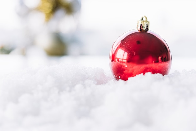 Pallina rossa sulla neve
