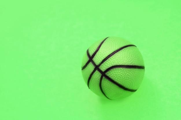 Pallina verde per gioco sportivo di basket
