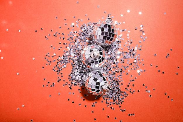 Palline d'argento decorative vicino stelle ornamento