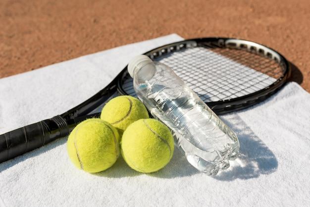 Palline da tennis e racchetta nera