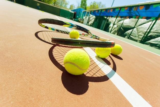 Palline da tennis e racchetta sul campo in erba