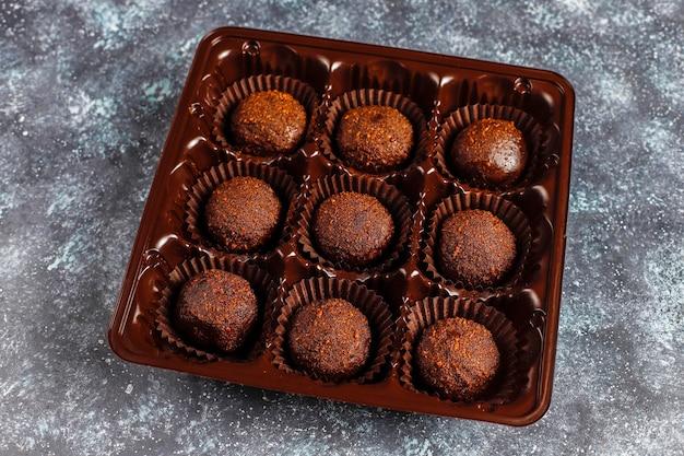 Palline di cioccolato con cacao in polvere.