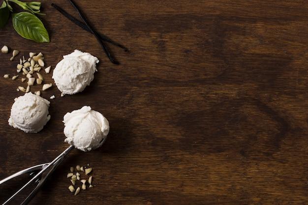 Palline di gelato artigianale vista dall'alto con spazio di copia