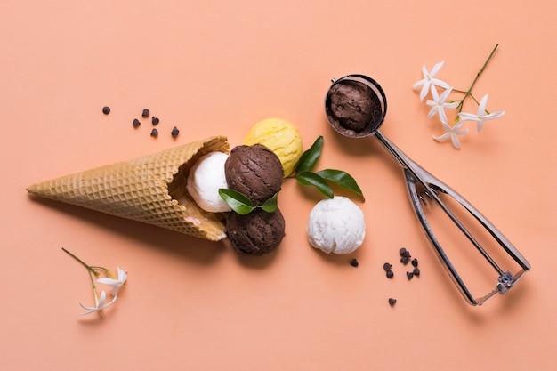 Palline di gelato e cono