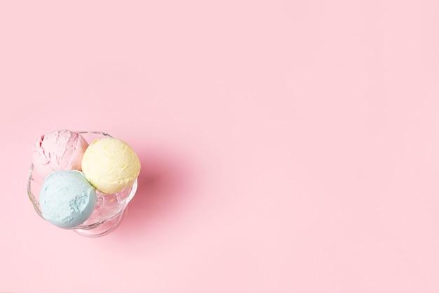 Palline di gelato sulla ciotola