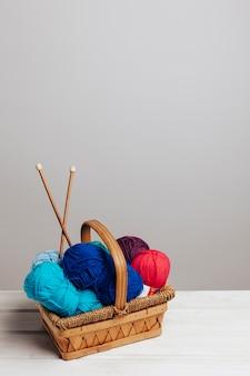 Palline di lana in diversi colori nel cesto