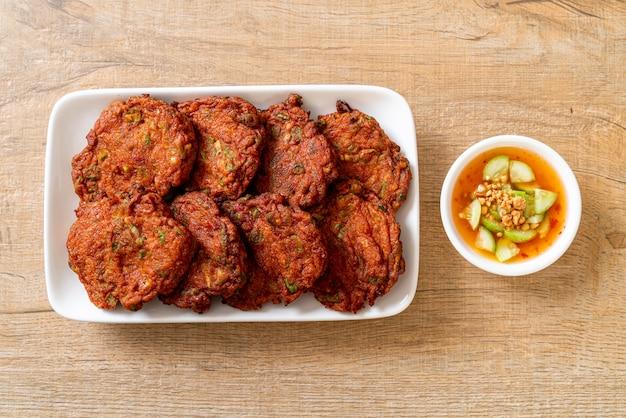 Palline di pasta di pesce fritte o torta di pesce fritta nel grasso bollente, stile asiatico dell'alimento